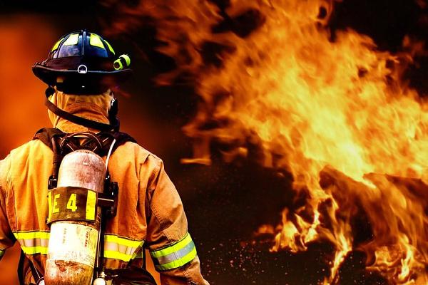 bombero apagando un incendio