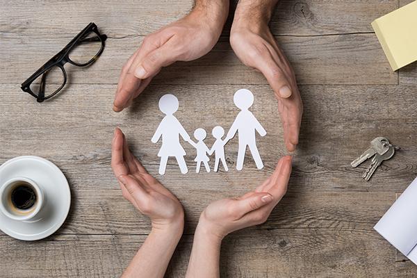 familia resguardada por un seguro
